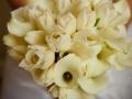 Композиция из нежно кремовых тюльпанов и лилий