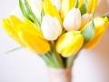 Белые и желтые тюльпаны в букете невесты