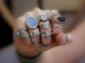 Что бы на верняка подтвердить факт замужества, можно носить колечки везде