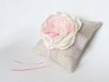 Лен и нежно розовый цветок