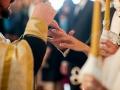 Во время помолвки используют помолвочное колечко, а во время венчания обручальное