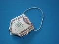 Помещаем канцелярскую резинку в согнутой купюре