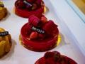 Кондитерские изделия выполненные в стиле свадьбы выглядят очень аппетитно