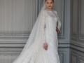 Невеста даже в полностью закрытом венчальном платье выглядит замечательно