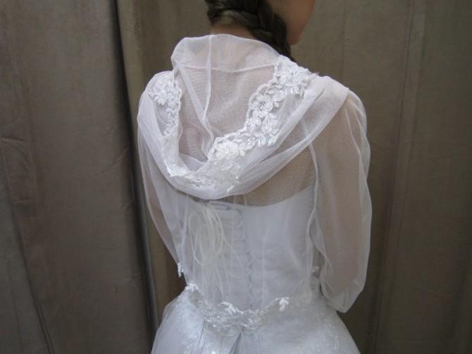 Свадебное болеро с рукавом и капюшоном сопутствует более свободному платью невесты
