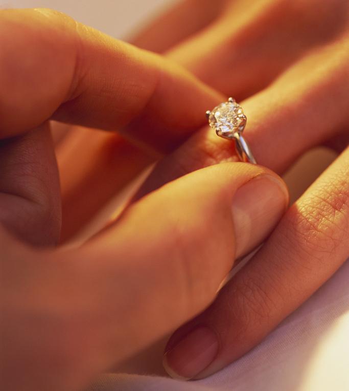 Примерять колечко для незамужней - предзнаменование скорого бракосочетания