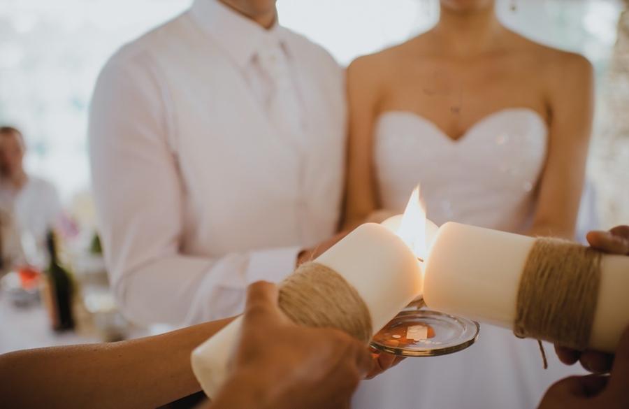 Оформление свадебных свечей, также дает простор фантазии