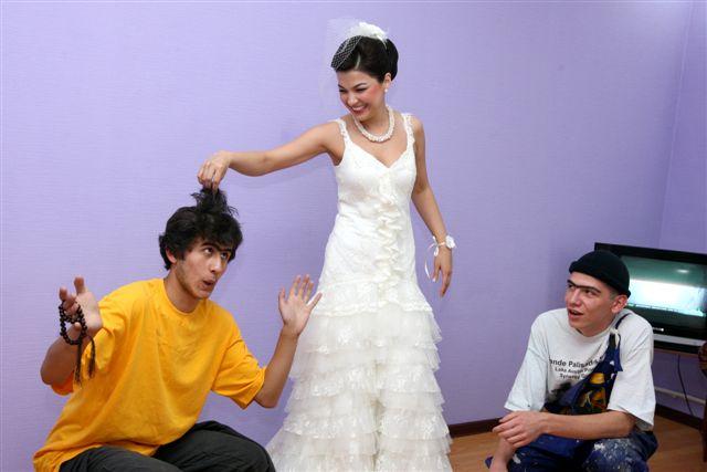 Задача невесты в этом веселом представлении - получать удовольствие