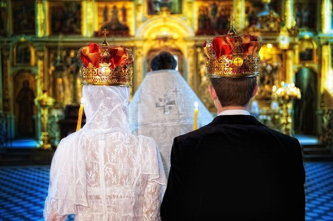 Руки, плечи и зона декольте в церкви должны быть прикрыты шалью или накидкой