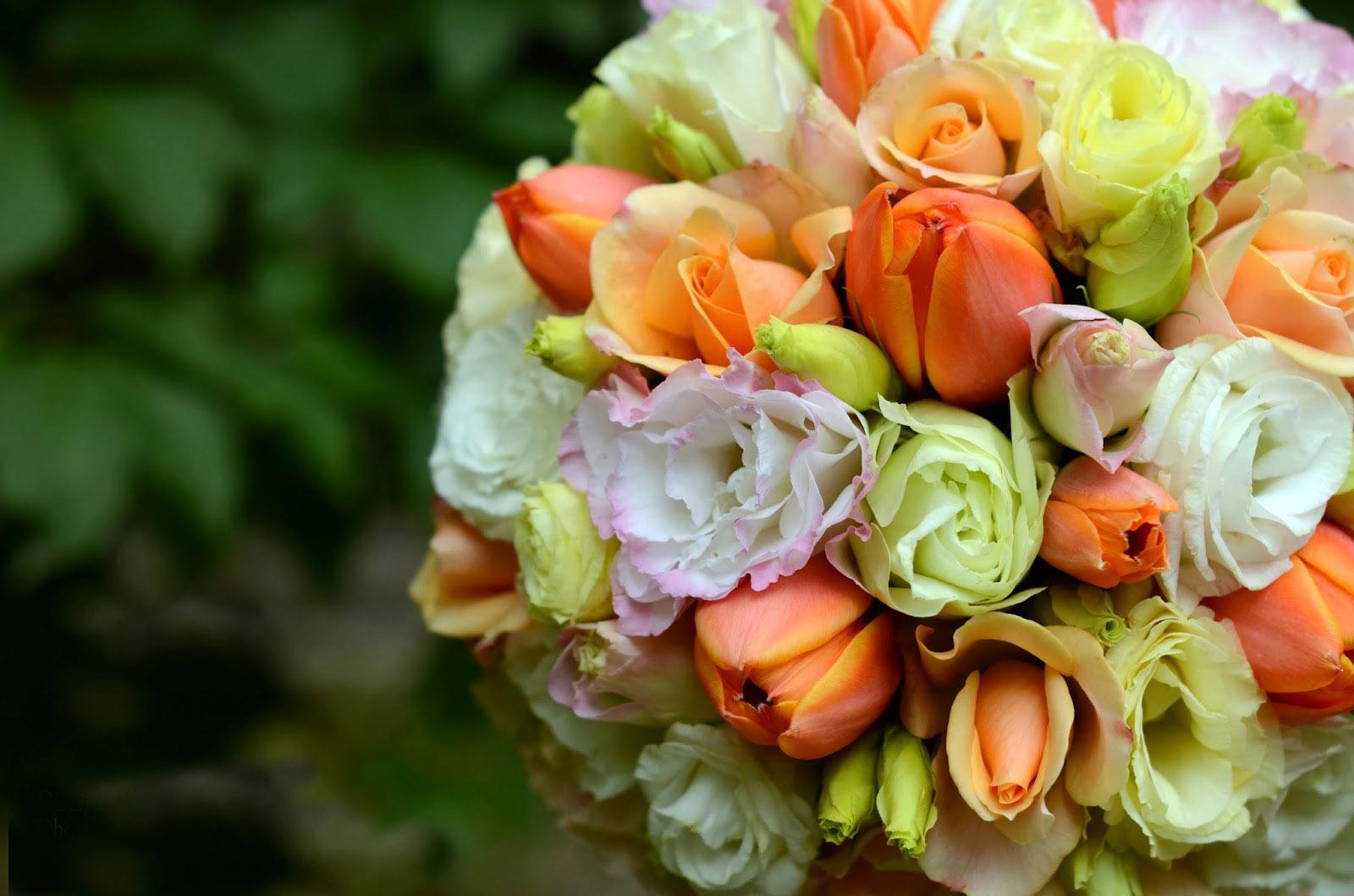 Тюльпаны разных расцветок создают неповторимый и красочный букет невесты