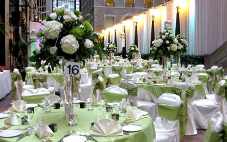 Живые и аккуратные букеты цветов на столах очень освежают общий фон торжественного зала