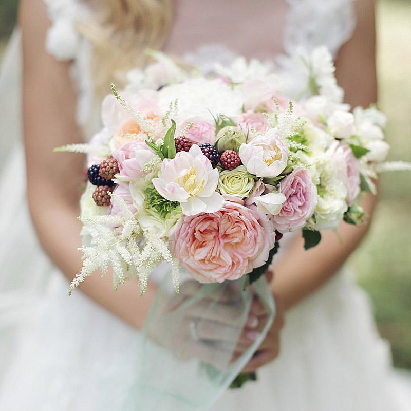 Букет декорируют элементами украшений платья или прически невесты