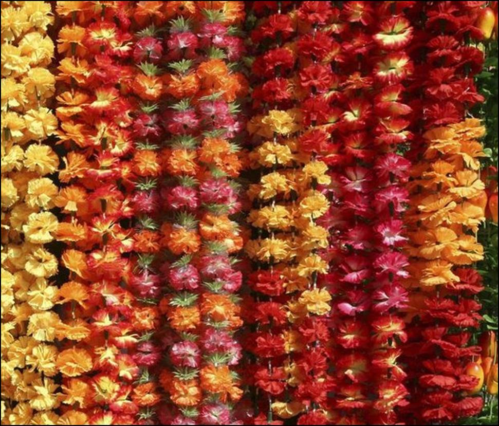 Гирлянды из живых цветов - в летнюю пору красивое и недорогое украшение