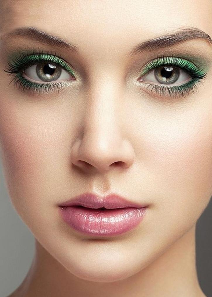 Подчеркивать цвет глаз различными оттенками основного цвета нужно очень осторожно, что-бы в макияже не потерялись сами зеркала души