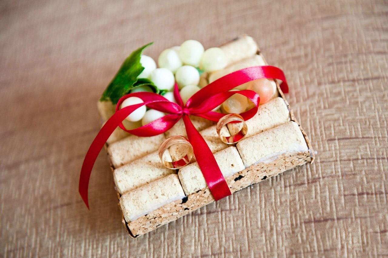На вкус и цвет... можно даже изготовить подушечку из корка