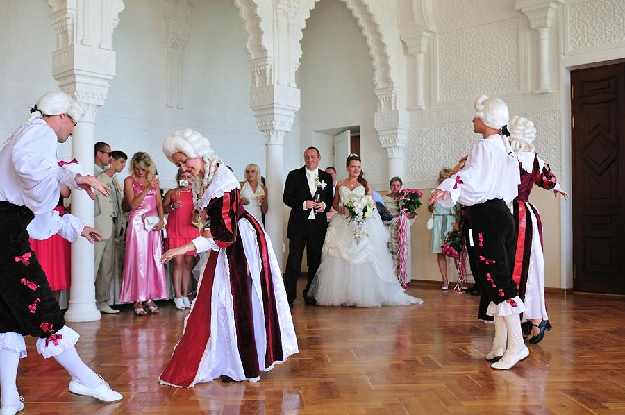 """На свадьбу в стиле """"Королевский бал""""  платье и украшения можно подобрать соответствующие торжеству"""