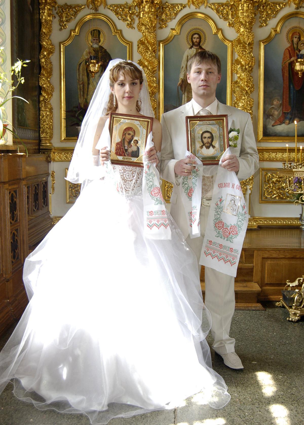 Молодая пара должна быть крещеной и во время венчания следовать просьбам священников по наличию необходимых атрибутов (икон, свечек и др.)