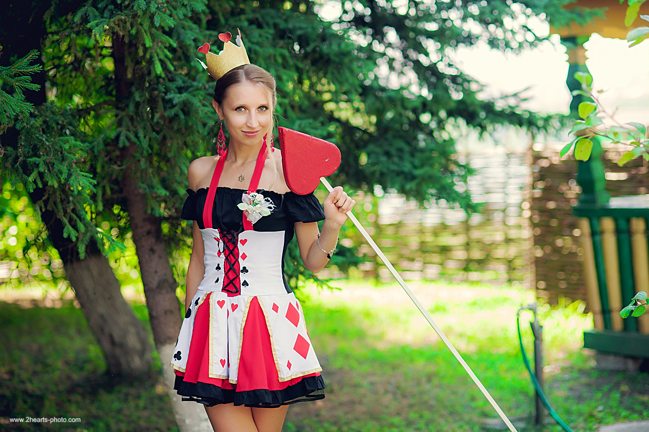 Играть роль коварной королевы тоже задача непростая