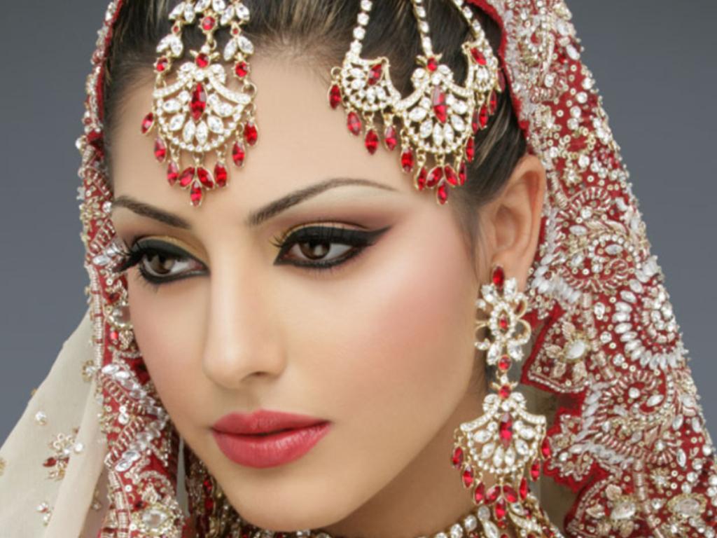 """Для девушек с темными цветами волос очень подходит макияж для глаз """"со стрелками"""""""
