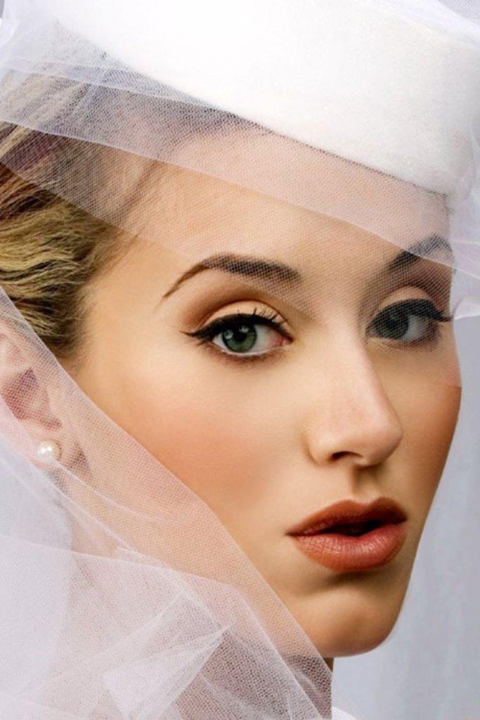 Выбор макияжа как для глаз, так и в общем - обязательно должен гармонировать с прической