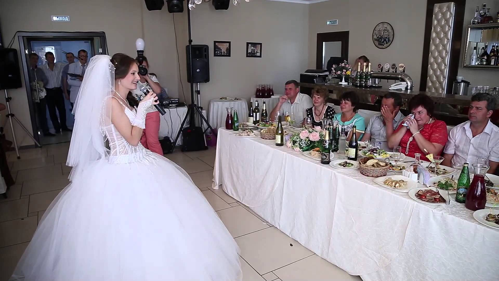 Невеста на свадьбе всегда в центре внимания, поэтому и слова благодарности скорее всего придется произносить ей