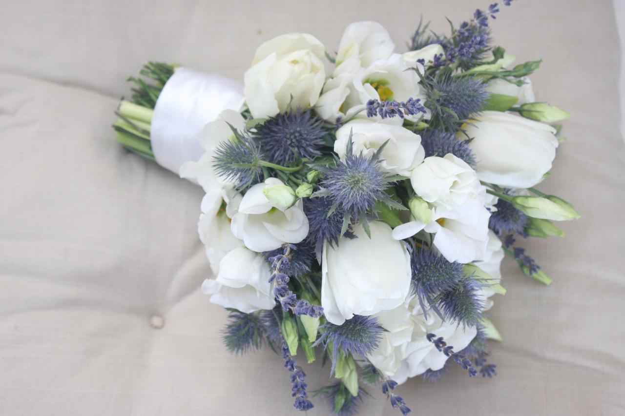 Шотландский букет из белых тюльпанов