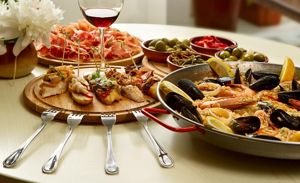 Для праздничного стола отлично подойдут блюда испанской кухни с обилием мясных и винных шедевров