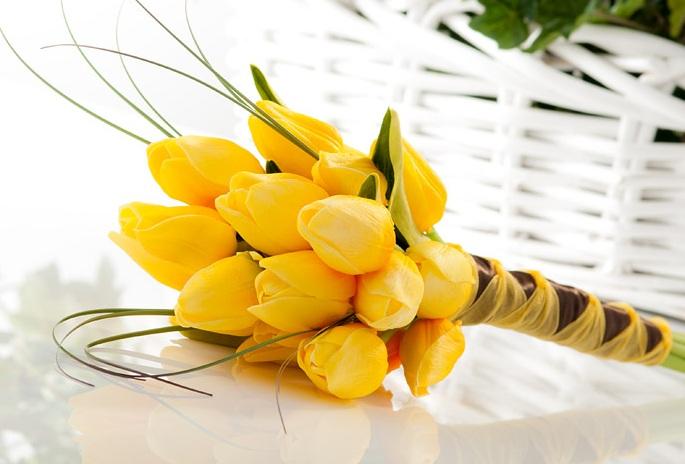 Букет из желтых тюльпанов, неимоверно яркий и красивый