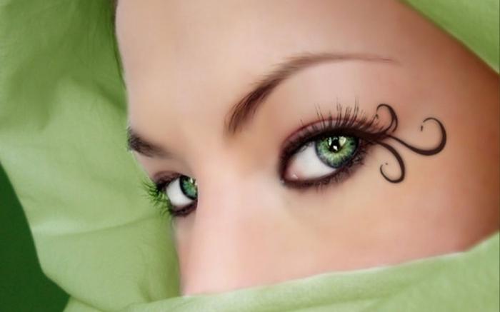 Интересные решения в макияже глаз можно использовать на стиллизированной вечеринке