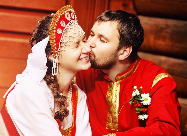 В былые времена, изменение своей фамилии на фамилию мужа было актом уважения к семье и роду супруга